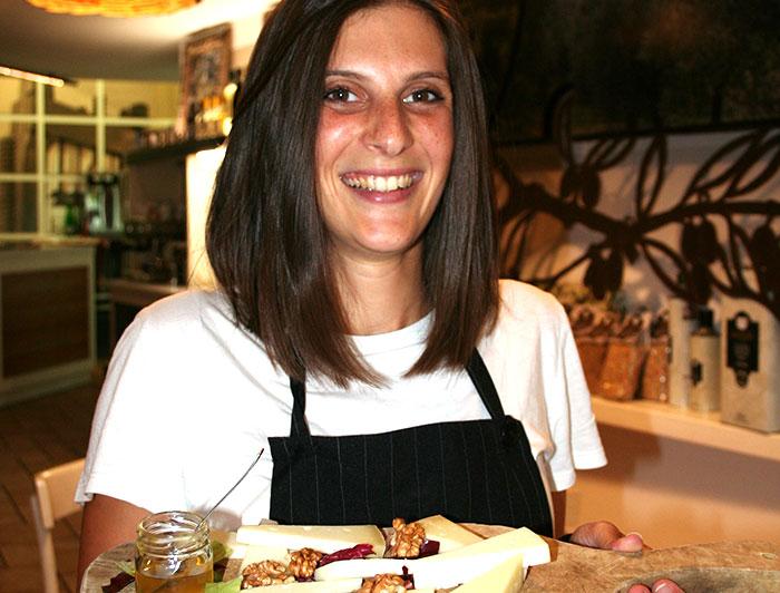 Chiara con tagliere di formaggi e miele-Oleoteca Bartolomei Orvieto