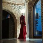 Abito rosso di alta sartoria nel vecchio Frantoio Bartolomei